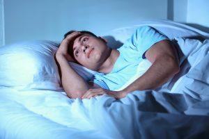 un homme qui n'arrive pas à dormir